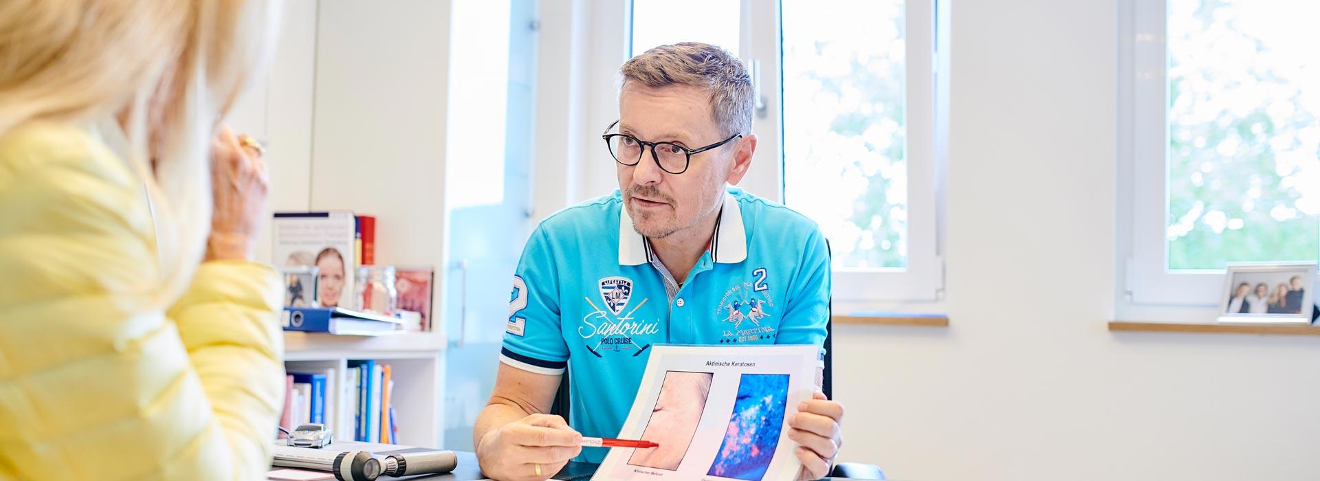 Dr. med. Matthias Kisslinger in einer Beratung mit einem Patienten